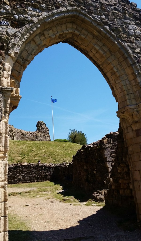 Flag of Sussex flying over Hastings Castle (701x1200)